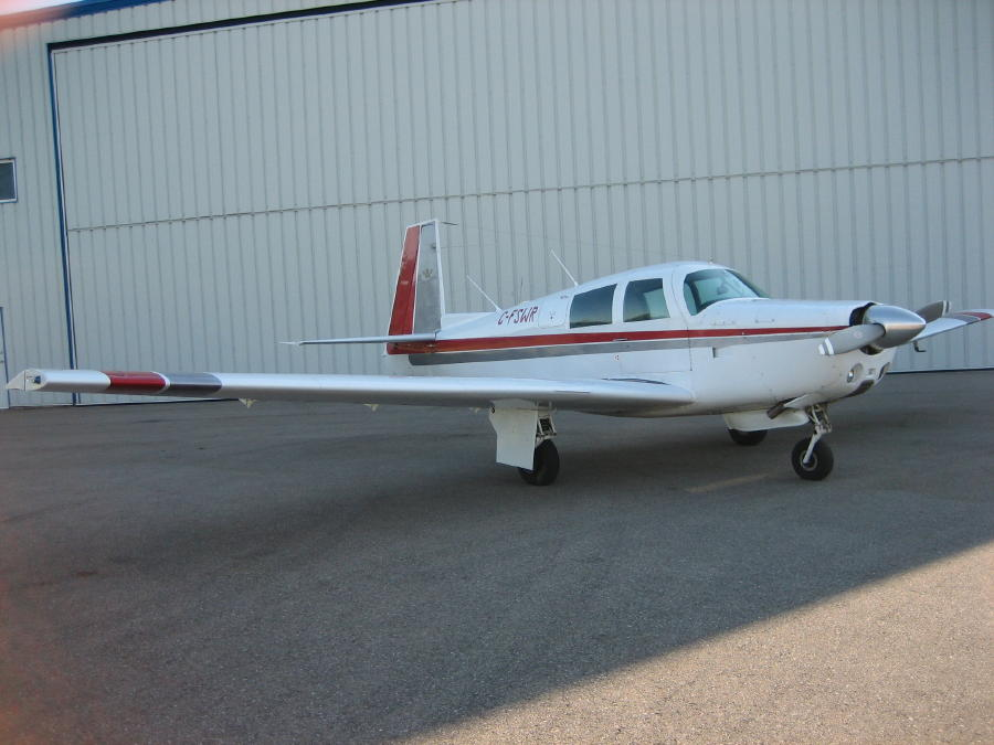 Mooney M20E near hangar
